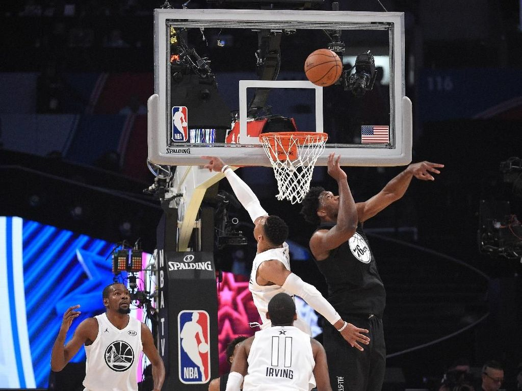 Joel Embiid dari Tim Stephen dan Russell Westbrook yang membela Tim LeBron berduel reboud di bawah ring (Kevork Djansezian/Getty Images)