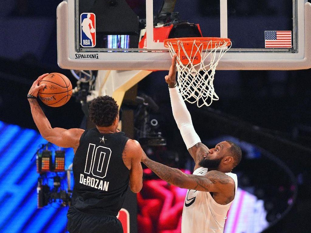 DeMar DeRozan mencoba melewati hadangan LeBron (Bob Donnan-USA TODAY Sports)