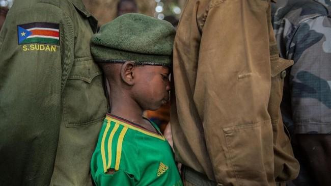 Dari 311 anak-anak yang dibebaskan kelompok bersenjata, 87 di antaranya perempuan. Mereka ikut dalam program pembauran yang dikelola Perserikatan Bangsa-bangsa (PBB). (AFP PHOTO / Stefanie Glinski)