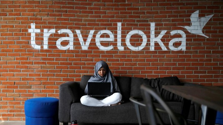 FILE PHOTO: An employee of Traveloka works at the company's headquarters in Jakarta, Indonesia, August 2, 2017. REUTERS/Beawiharta/File Photo