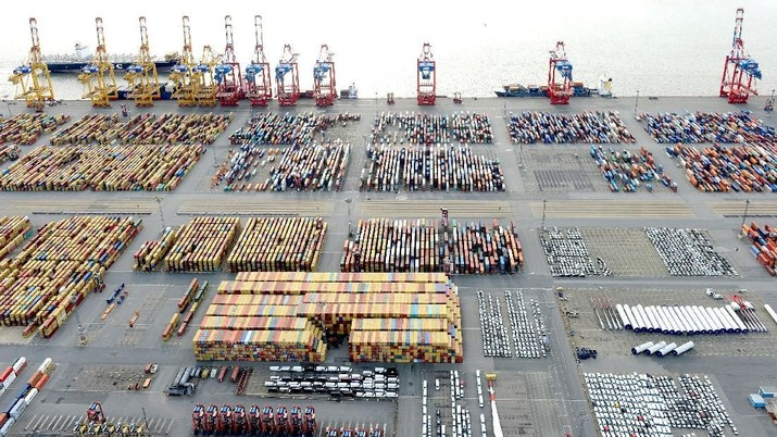 FILE PHOTO: Cars and containers are pictured at a shipping terminal in the harbour of the German northern town of Bremerhaven, Germany, late October 8, 2012. REUTERS/Fabian Bimmer/File Photo