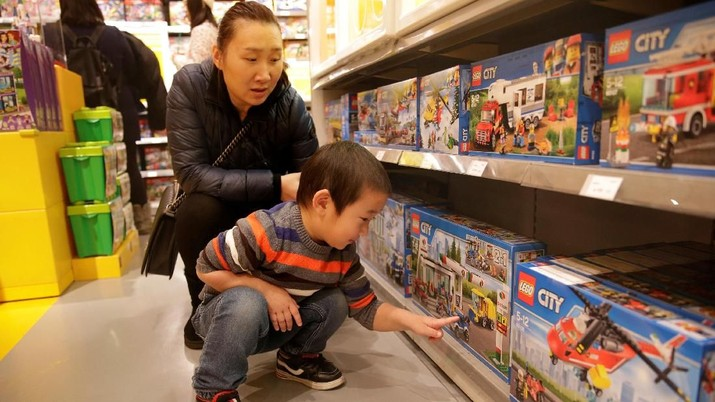 FILE PHOTO: A customer carries a Lego box at a Lego store in Beijing, China January 13, 2018. REUTERS/Jason Lee/File Photo