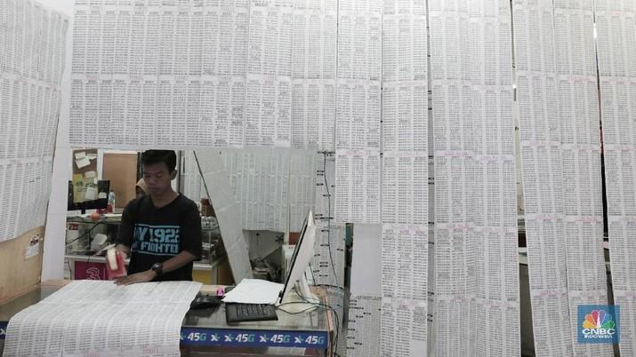 Penjual menawarkan nomer kartu prabayar dari berbagai operator telekomunikasi di ITC Roxy, Jakarta Barat, Selasa (20/2/2018). Kemenkominfo mengumumkan total 200 juta pelanggan telah mendaftar ulang menggunakan nomor induk kependudukan (NIK) di Kartu Tanda Penduduk dan nomor Kartu Keluarga. Pelanggan yang hingga 28 Februari 2018 mendatang belum mendaftarkan nomor teleponnya, maka akan terkena pemblokiran bertahap dari layanan telepon, SMS, hingga akhirnya nomor dimatikan.  (CNBC Indonesia/ Andrean Kristianto)
