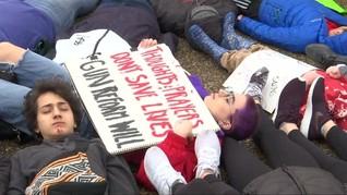 Protes Senjata, Puluhan Siswa Berbaring di Depan Gedung Putih