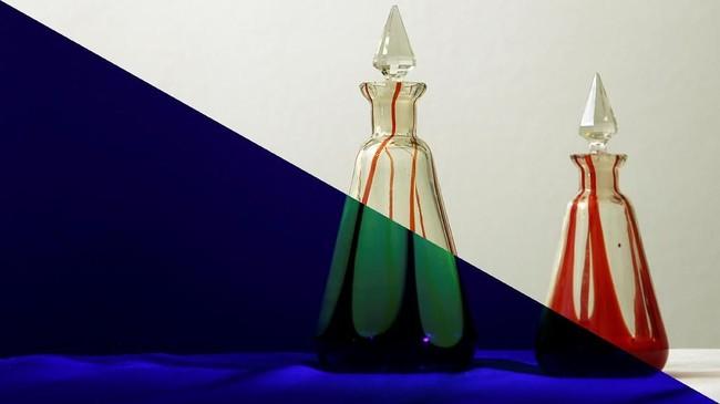 Kiri: Botol kaca uranium berpendar dalam cahaya ultraviolet. Kanan: dalam cahaya normal. Kaca uranium menjadi barang khas dalam dunia koleksi. Warnanya yang lembut, kaca uranium mampu bercahaya berasal dari senyawa kimia yang ada di dalamnya. (REUTERS/Stefan Wermuth)