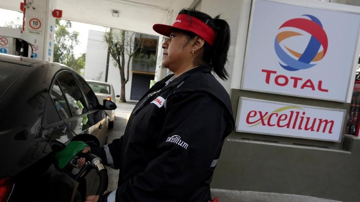 Total Oil mulai memasang harga BBM baru paska direstu menaikkan harga. Sementara Shell, masih belum dapat lampu hijau untuk naikkan harga dari pemerintah.