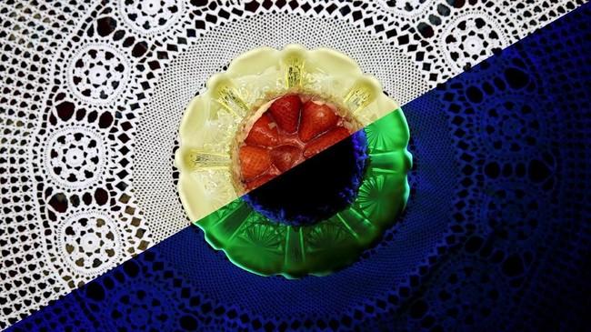 Kanan: piring yang terbuat dari keramik uranium berpendar dalam cahaya ultraviolet. Kiri: dalam cahaya normal. Uranium oksida atau urania sempat digunakan sebagai pewarna kaca dan keramik sebelum era Perang Dunia II. (REUTERS/Stefan)