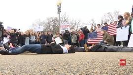 VIDEO: Berbaring di Depan Gedung Putih, Simbol Protes Senjata