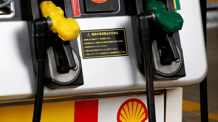 FILE PHOTO: Showa Shell Sekiyu's logo is seen at its gas station in Tokyo, Japan, August 10, 2016.   REUTERS/Kim Kyung-Hoon/File Photo                   GLOBAL BUSINESS WEEK AHEAD         SEARCH GLOBAL BUSINESS 12 FEB FOR ALL IMAGES