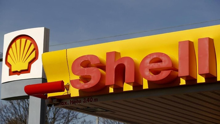 FILE PHOTO: Shell's company logo is pictured at a gas station in Zurich April 8, 2015.  REUTERS/Arnd Wiegmann/File Photo