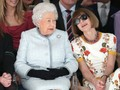 Kejutan Ratu Elizabeth II Saat Hadir di London Fashion Week