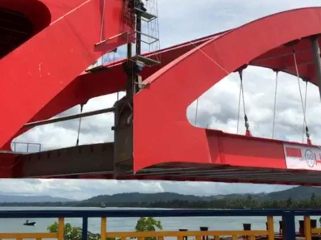 Pemasangan rangka dilakukan dengan cara dilifting menggunakan crane. Pengangkatan dilakukan oleh masing-masing pelengkung, setelah mendapatkan ijin dari Komisi Keselamatan Jembatan dan K3. Pool/Ditjen Bina Marga.
