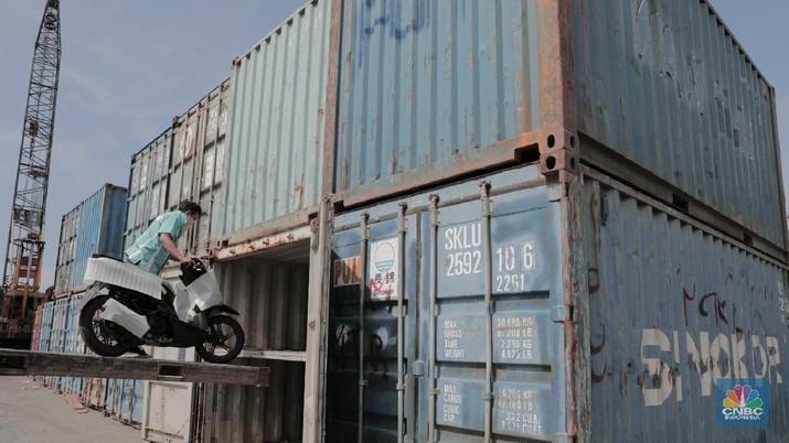 Pekerja memindahkan motor kedalam kontainer di Pelabuhan Sunda Kelapa, Jakarta, Rabu (20/2/2018). Menurut data AISI penjualan kendaraan roda dua pada Januari 2018 meningkat menjadi 482.537 unit dibanding Desember 2017 lalu yang hanya 415.996 unit dan juga pada Januari 2017 sebesar 473.879 unit. (CNBC Indonesia/ Andrean Kristianto)