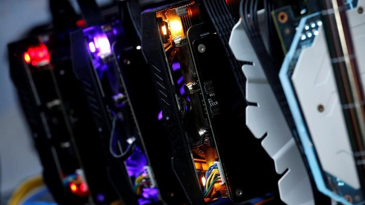 High-end graphic cards are installed in a cryptocurrency mining computer at a computer mall in Hong Kong, China January 29, 2018. Picture taken January 29, 2018.  REUTERS/Bobby Yip