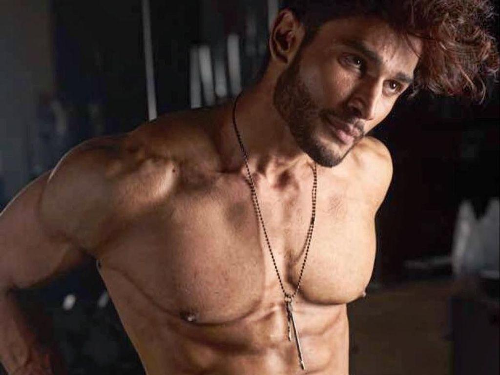 8 Aktor Ganteng Bollywood yang Pamer Tubuh Kekarnya