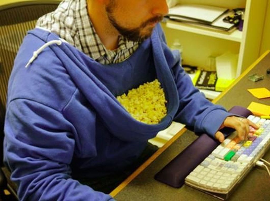 Kehabisan piring untuk menampung cemilan di kantor? Jangan khawatir, pakai jaket hoodie saja. Istimewa/Boredpanda.