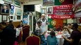 Pun sejumlah tempat masih mempertahankan nuansa Portugis di Makau, seperti chef Santos Pinto (tengah) melalui restoran Portugisnya, O Santos di Makau. (AFP PHOTO / Anthony WALLACE)
