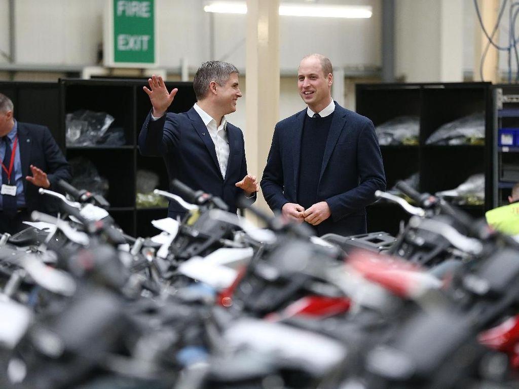 Dia mengunjungi Triump Motorcycles di Leicestershire pada Selasa lalu. Foto: Ian Vogler - WPA Pool/Getty Images