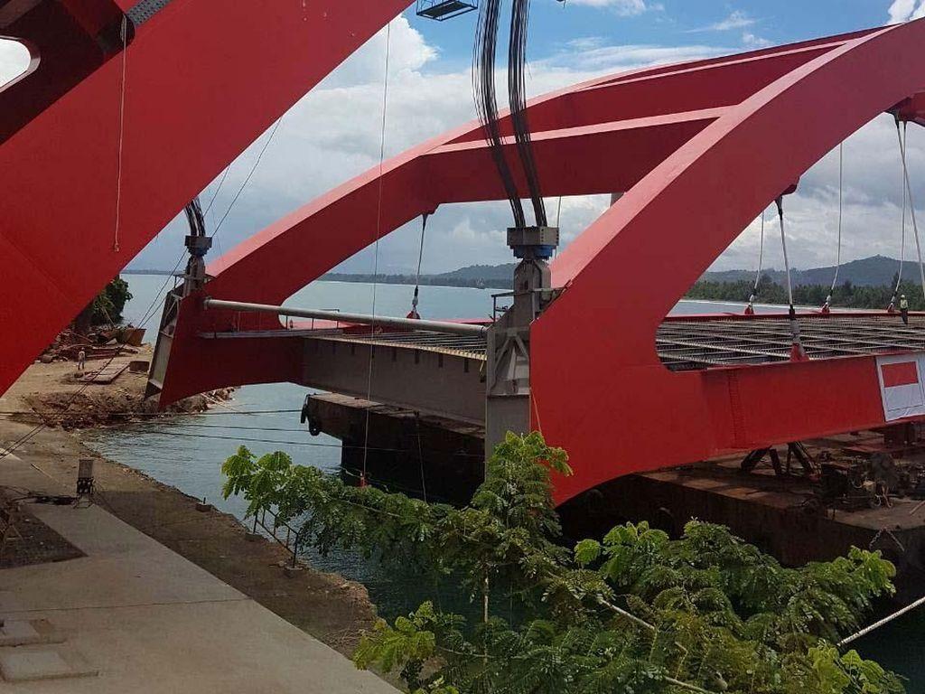 Jembatan Holtekamp menjadi jembatan lengkung box dengan bentang terpanjang dan terlebar di Indonesia. Keberadaan Jembatan Holtekamp memiliki nilai strategis, yakni untuk mengatasi kepadatan kawasan perkotaan, pemukiman dan kegiatan perekonomian di dalam Kota Jayapura. Pool/Ditjen Bina Marga.