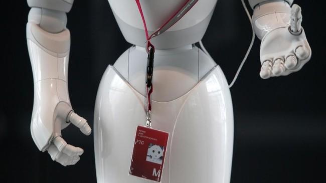 Robot ini memiliki tinggi sekitar 120 cm dan dirancang dengan mata yang terang serta gerakan lengan dan jari saat berbicara. (REUTERS/Michaela Rehle)