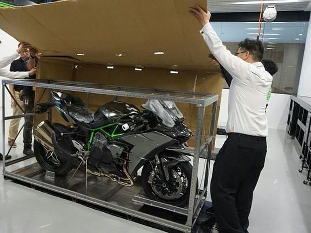 Selain itu ada penambahan electronic package Kawasaki yang paling canggih, serta suspensi dari Ohlins. IG Kawasaki/Istimewa.