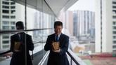 Profesor Lei Heong Iok menunjukkan kamus bahasa Portugis yang ia sebut 'harta'. Ia mempelajari bahasa Portugis di Makau sejak dekade 1970-an dan kini memimpin institusi pendidikan yang berusaha mempertahankan budaya Portugis.(AFP PHOTO / Anthony WALLACE)