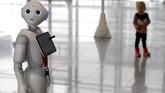 Dikembangkan oleh SoftBank Robotics,Pepper didukung oleh teknologi kecerdasan buatan berbasis cloud dari IBM Watson Internet of Things. (REUTERS/Michaela Rehle)