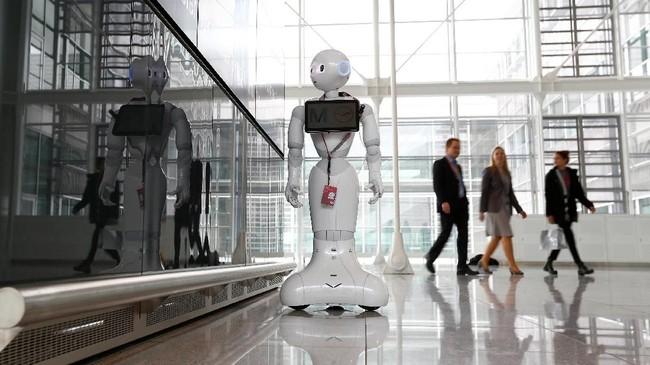 Selama beberapa pekan ke depan, pengunjung bandara Munich, Jerman akan disambut oleh robot humanoid bernama Josie Pepper. (REUTERS/Michaela Rehle)