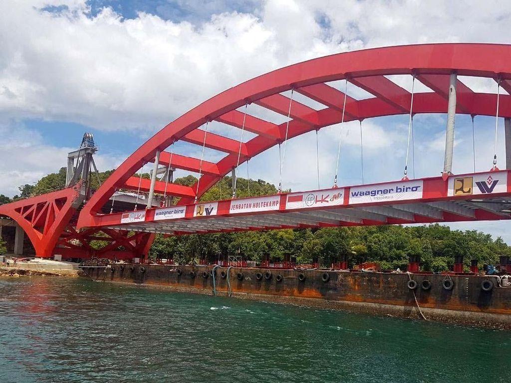 Rangka bentangan jembatan Holtekamp sepanjang 112,5 meter, lebar 21 meter dengan berat 200 ton sebelumnya telah menempuh perjalanan 18 hari dari Surabaya dan telah menanti waktu pemasangan rangka ini. Pool/Ditjen Bina Marga.
