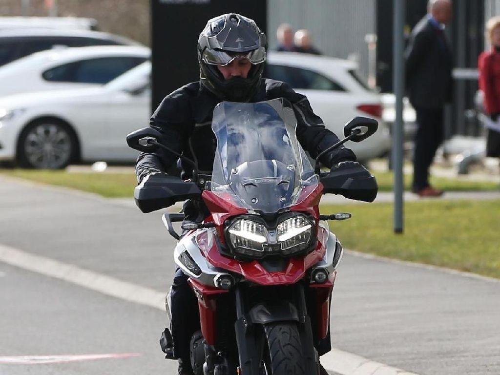 Sebelum meninggalkan fasilitas Triumph Motorcycles, William mengenakan helm dan menunggangi moge tersebut. Bahkan, dia seakan menikmati pengalaman berkendara dengan moge itu. Foto: Ian Vogler - WPA Pool/Getty Images