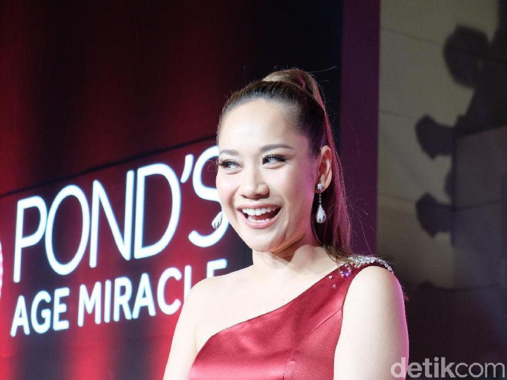Seksi Berbalut Gaun Merah, BCL Bagi Tips Kulit Cantik di Usia 35