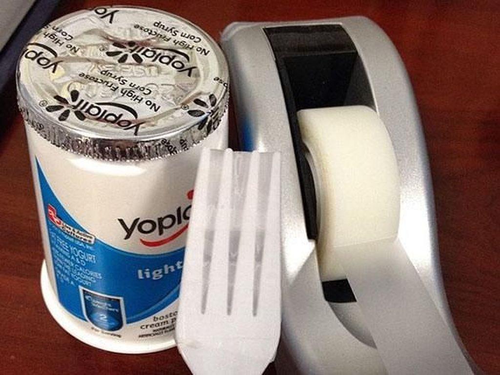 Tidak punya sendok? Tidak masalah. Tempelkan saja solatip di garpu. Istimewa/Boredpanda.