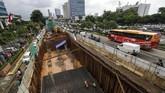 Proyek pembangunan infrastruktur kereta ringan (Light Rail Transit/LRT) di kawasan MT Haryono, Jakarta,Rabu (21/2). Proyek ini salah satu yang dihentikan sementara, menyusul kecelakaan konstruksi di proyek pembangunan jalan tol Becakayu. (Eko Siswono Toyudho/Anadolu Agency).