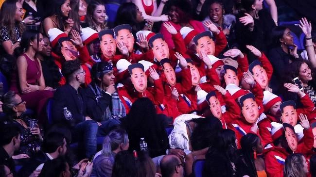 Salah satu tampilan unik ketika Brit Awards 2018 adalah sekumpulan orang yang menirukan pemandu sorak tim Korea Utara di Olimpiade Musim Dingin 2018 yang video kekompakannya viral di media sosial. (REUTERS/Hannah McKay)