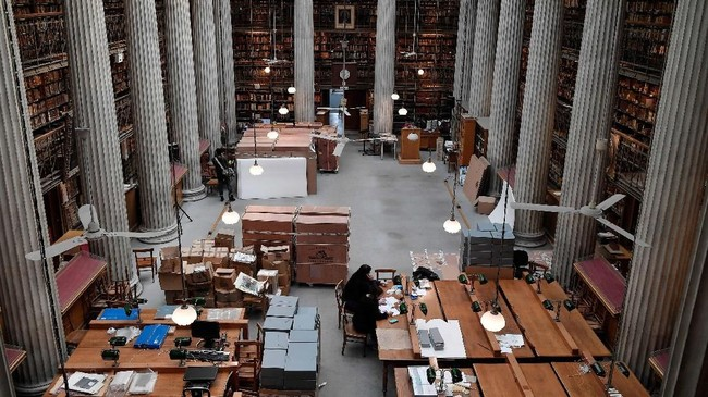 Perpustakaan Nasional Yunani sejak 1903 menempati bangunan neoklasik Vallianeio di tengah kota Athena. Namun bangunan tersebut tak sanggup lagi bisa menampung lebih dari 700 ribu koleksi. (AFP/Louisa Gouliamaki)