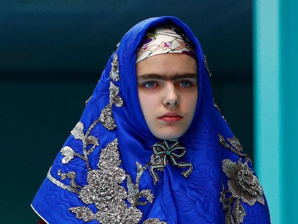 Hiii.. Model Tenteng Kepala Manusia di Fashion Show Gucci