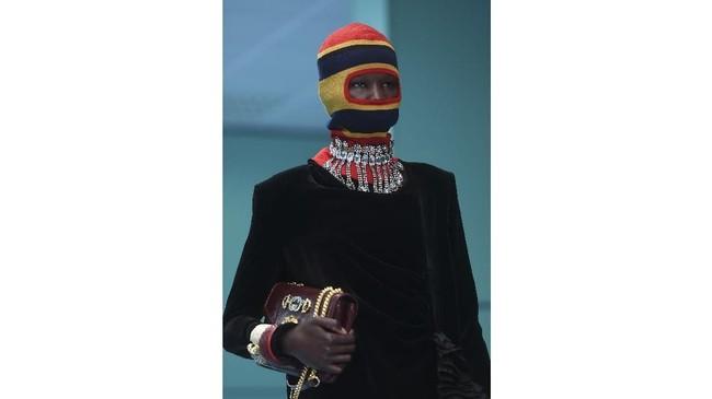 Menurut Michale model yang membawa replika kepalanya sendiri tidak ada hubungannya dengan agama. Ia terinsipirasi dari Donna Haraway's 1984, Cyborg Manifesto 1984. Untuk replika ia bekerjasama dengan pengrajin Makinarium yang berbasis di Roma.(AFP PHOTO / Filippo MONTEFORTE)