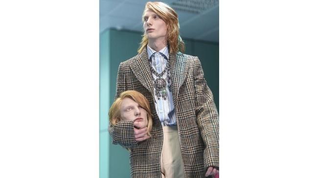 Model pria bernama Hoogedijk dan model wanita Unia Pahomava mendapatkan kesempatan untuk tampil menyeramkan. Penampilan kedua model ini menjadi ramai di media sosial, banyak orang yang menjadikan lelucon. (AFP PHOTO / Filippo MONTEFORTE)