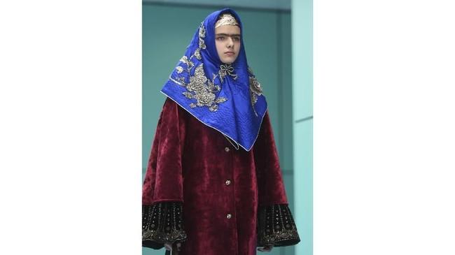 Gucci juga menampilkan berbagai potongan busana yang tak biasa, termasuk scarf persegi yang dipadupadankan mirip hijab. (AFP PHOTO / Filippo MONTEFORTE)