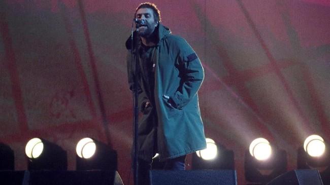 Liam Gallagher yang kembali bermusik secara solo juga tampil dengan gaya khasnya di atas panggung Brit Awards 2018. Ia membawakan lagu legendaris Oasis, 'Live Forever'. (REUTERS/Hannah McKay)