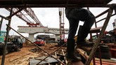 Ada empat proyek jalan layang (elevated) berskala besar dihentikan sementara, menyusul kecelakaan konstruksi di proyek pembangunan jalan tol Bekasi-Cawang-Kampung Melayu (Becakayu). (Eko Siswono Toyudho/Anadolu Agency).