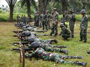 Mengintip Prajurit Lantamal Latihan Menembak