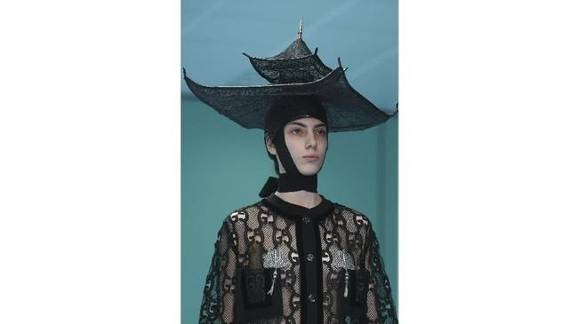 Dibutuhkan waktu enam bulan untuk membuat replika kepala tersebut sehingga mendapatkan bentuk 3D. Replika kepala yang digunakan Gucci dalam pameran koleksinya tersebut telah menjadi viral karena tantangan dari Eva Chen dan banyak orang telah membuat lelucon. (AFP PHOTO / Filippo MONTEFORTE)