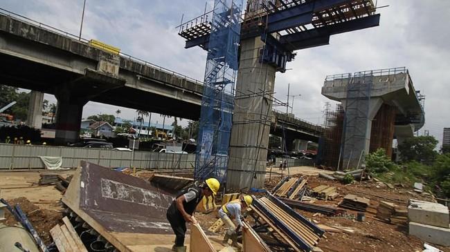 Saat ini, Jakarta tengah membangun berbagai proyek infrastruktur transportasi, di antaranya Light Rail Transit (LRT), Mass Rapid Transit (MRT), Bus Rapid Transit (BRT), jalan tol, flyover, dan underpass untuk mengurangi kemacetan. (Eko Siswono Toyudho/Anadolu Agency).