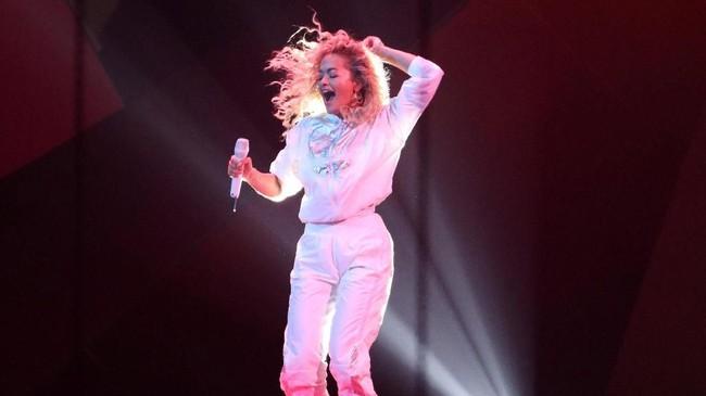 Rita Ora tampil di atas panggung Brit Awards 2018 di O2 Arena London, Rabu (21/2). Ia juga tampil bersama Liam Payne membawakan lagu tema 'Fifty Shades Freed', 'For You'. (REUTERS/Hannah McKay)
