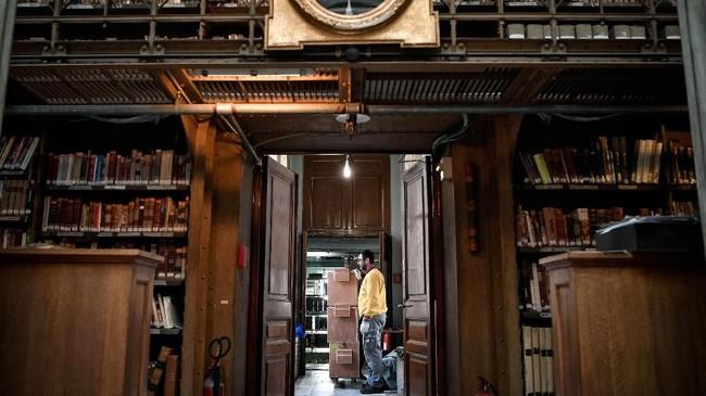 Pun gedung baru nanti yang berdesain 'kekinian' mampu memfasilitasi digitalisasi literasi yang selama ini terhambat di gedung lama. (AFP/Louisa Gouliamaki)