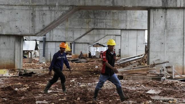 Usai kecelakaan kerja di proyek jalan tol Becakayu pada 20 Februari 2018 dini hari, pemerintah melakukan moratorium seluruh proyek jalan tol layang (elevated). Empat proyek elevated berskala besar yang disetop sementara, yaitu LRT Palembang dan Jakarta, MRT Jakarta, dan DDT. (Eko Siswono Toyudho/Anadolu Agency).