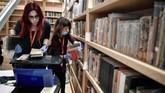 Para pekerja dan karyawan Perpustakaan Nasional Yunani membutuhkan setidaknya dua tahun untuk membersihkan, mengemas, dan memindahkan koleksi ke gedung baru. (AFP/Louisa Gouliamaki)