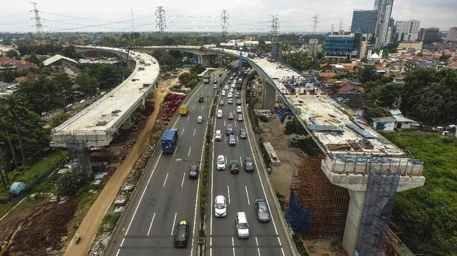 Jakarta dikenal sebagai salah satu kota termacet di dunia dan belum memiliki sistem transportasi dalam kota yang terintegrasi. Foto udara proyek pembangunan Tol Bekasi-Cawang-Kampung Melayu (Becakayu) di Jalan Kalimalang, Jakarta Timur, Rabu (21/2). (Eko Siswono Toyudho/Anadolu Agency).