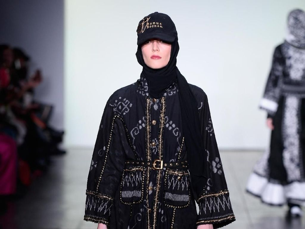 Foto: 25 Koleksi Busana Muslim Vivi Zubedi di New York Fashion Week 2018